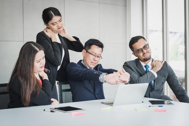 Бизнес-команда чувствует боль в шее и плече