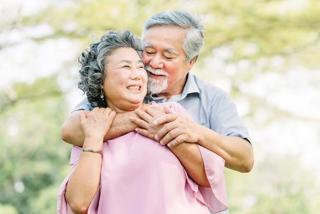 Пожилая пара в любви смеется и улыбается