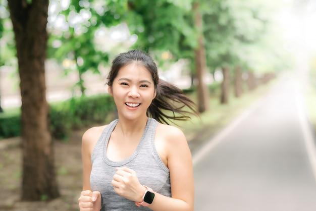 朝は公園で走っている女性