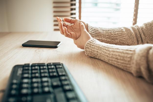 コンピューターとスマートフォンの使用による手首の痛み