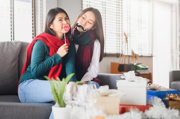 Азиатские женщины лучшие друзья веселятся вместе в новый год