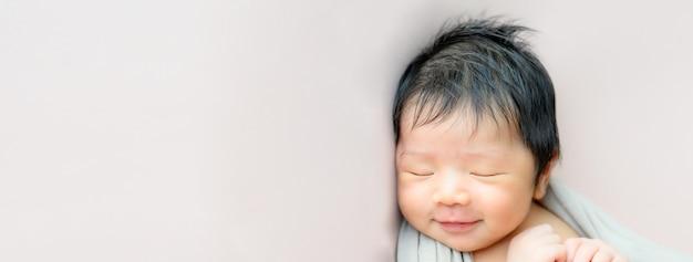 眠っているアジアの生まれたばかりの赤ちゃん