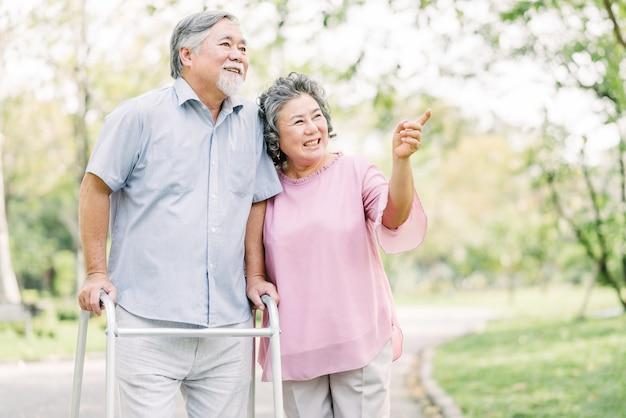 Счастливая пара старших, прогулки с уокером в парке