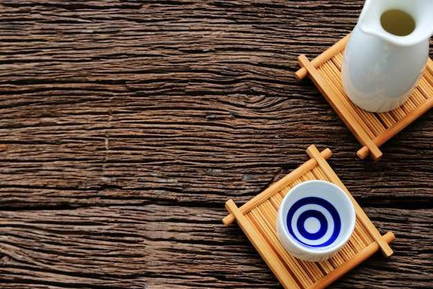 テーブルの上の日本酒オリエンタルドリンクスタイル