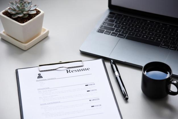 テーブルの上の履歴書