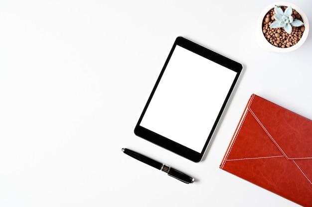 トップビューのタブレット、ノートブック、ペン、オフィスの机の上のキーボード。コピースペースのトップビュー。