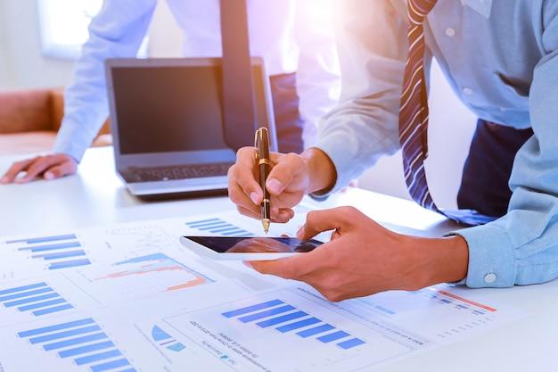 Бизнесмен бухгалтерский учет и финансы концепция.