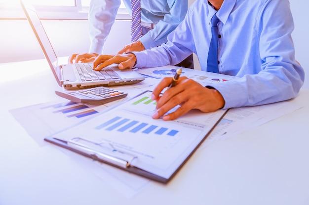 Два деловых людей люди, работающие анализируя.