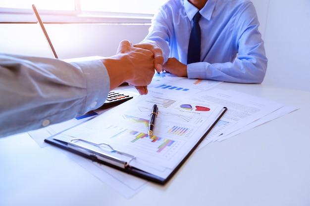 不動産ブローカーと顧客の握手。