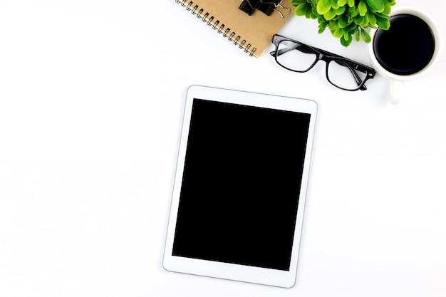 タブレットと空の空白の画面を持つオフィスのワークスペースが一番上