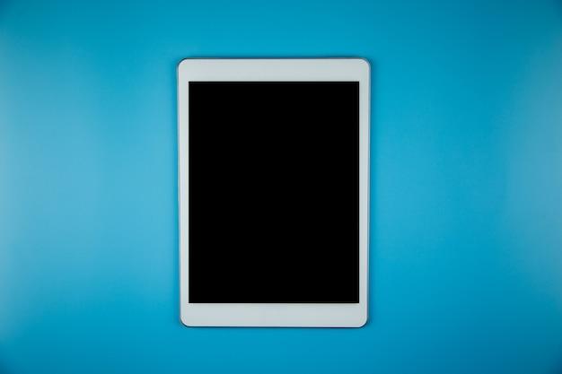 空白のモックアップタブレットオフィスデスク作業スペースの平面図です。