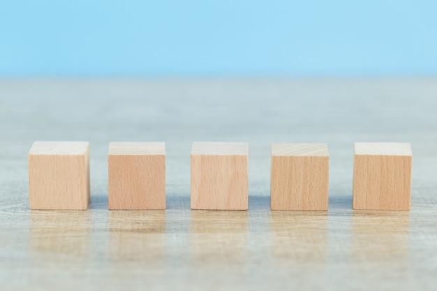 Укладка деревянных блоков на ступеньки, концепция успеха роста бизнеса