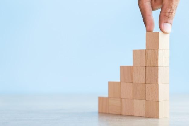 木製のブロックをステップに積み重ねる、ビジネス成長の成功の概念