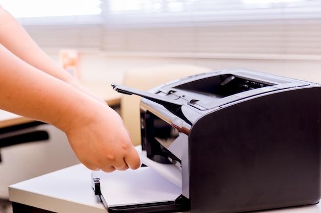 Бизнес женщина процесс печати бумаги в лазерном принтере.