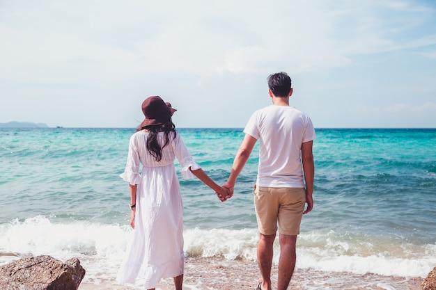 ビーチで幸せなロマンチックなカップル。