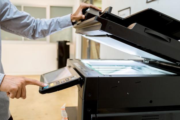 Деловой человек ручное нажатие кнопки на панели принтера, сканер принтера лазерная офисная копировальная техника начало поставок