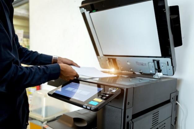 ビジネスマンハンドプレスボタン、プリンタースキャナーレーザーオフィスコピー機用品のスタートボタン。
