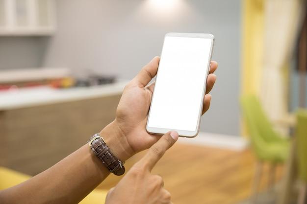 実業家の手にモックアップのスマートフォン。