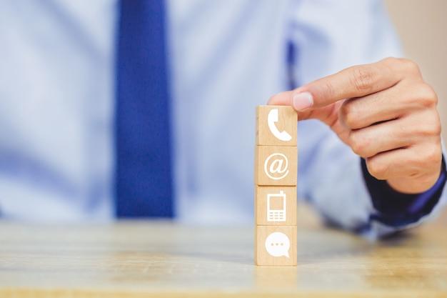 Ручная сборка деревянных блоков со значком телефона, почты, адреса и мобильного телефона