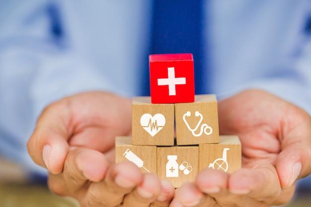 健康保険の概念、アイコンヘルスケア医療とスタッキングの木製ブロックを手配
