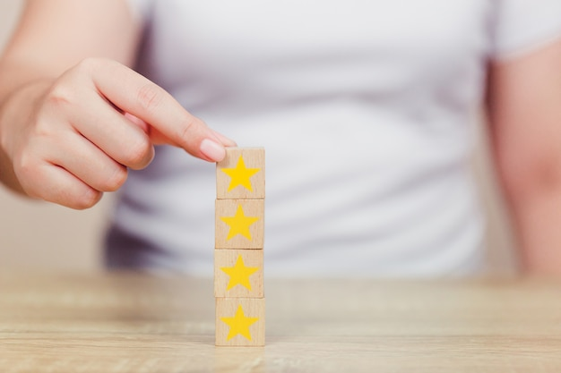 木製の立方体の顧客を押すスター