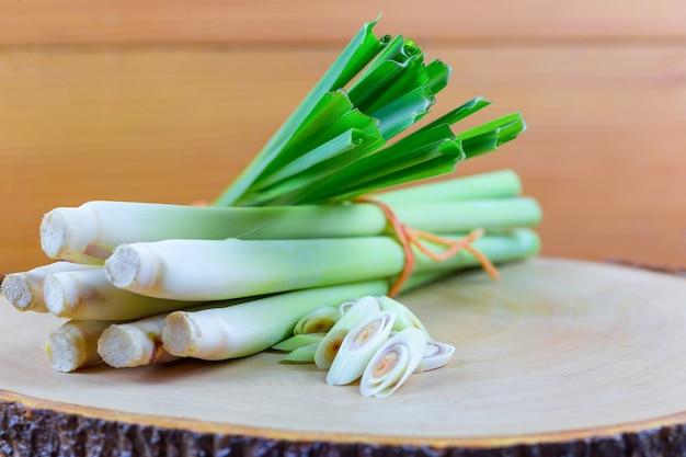 Свежий канат лимонной травы и кусочек лимонной травы на деревянной разделочной доске в концепции кулинарии.