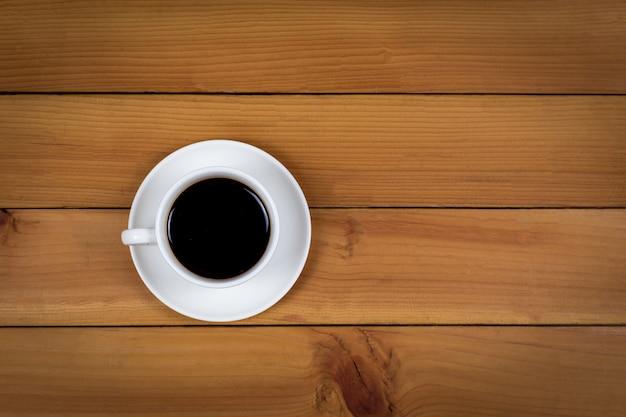 木の上のコーヒーカップ