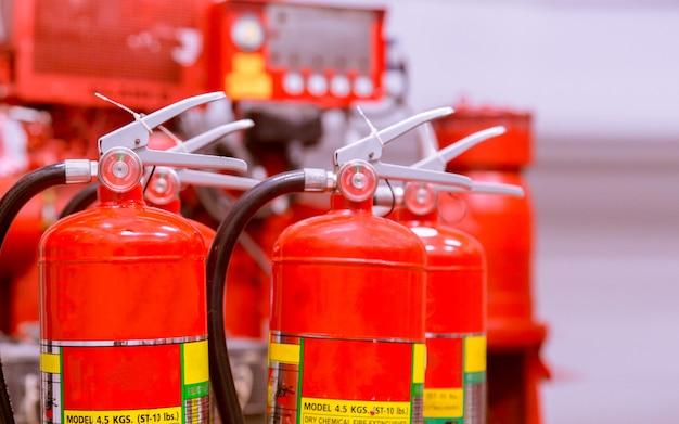 消火器の赤いタンク強力な産業用消火システムの概要。