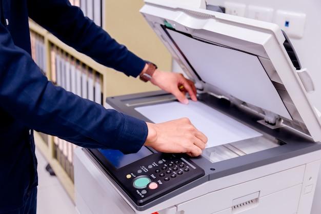 ビジネスマンプリンターのパネルにある手押しボタン。