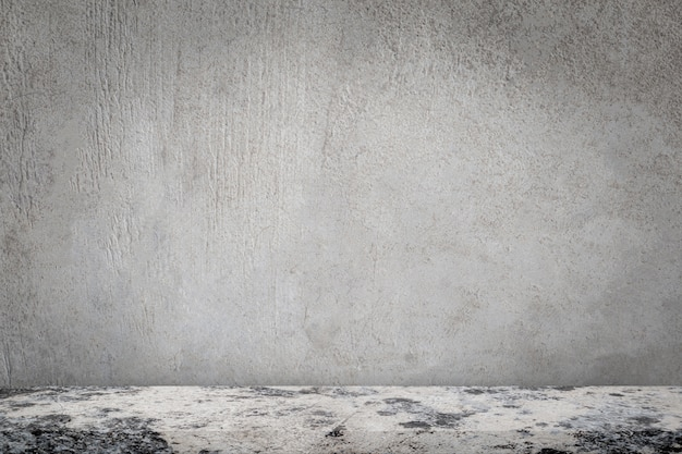 Конкретный пол с пустой серой предпосылкой бетонной стены.