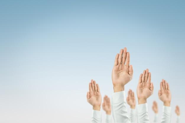 ビジネスマンは、組織のお祝いに勝つために手を挙げた