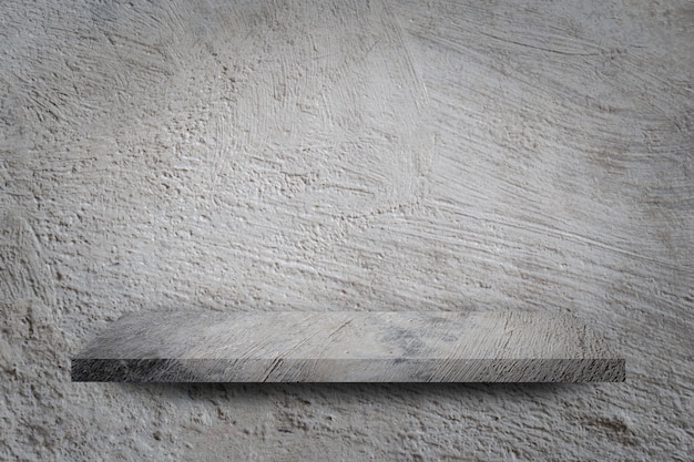 Пустая полка на фоне серой бетонной стены