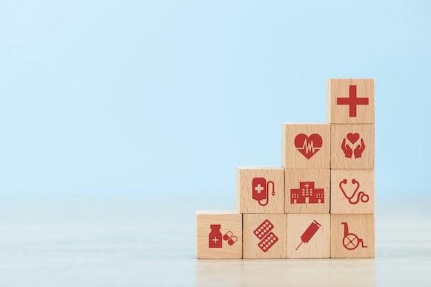 Концепция медицинского страхования. деревянный блок укладки с иконой здравоохранения медицинской.