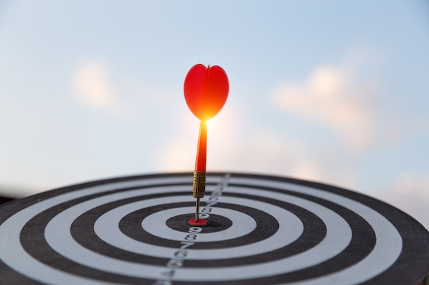 Красная стрелка цели дротика удара на яблочко с, целевой маркетинг и концепция успеха в бизнесе
