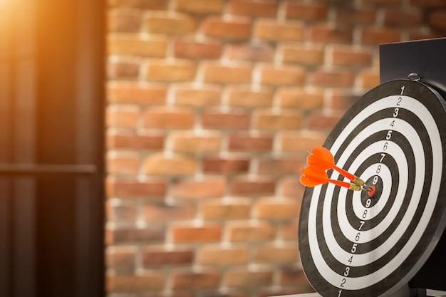 赤いダーツターゲット矢印、ターゲットマーケティングとビジネスの成功の概念とブルズアイを打つ