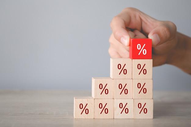 アイコンパーセント記号上方向に積み木ブロックを配置する手、