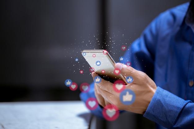 Бизнес с помощью телефона, социальных медиа социальных сетей технологии инновационной концепции.