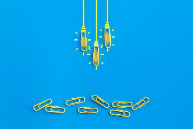 クリップ、思考、創造性、青色の背景、新しいアイデアコンセプトに電球と素晴らしいアイデアコンセプト。