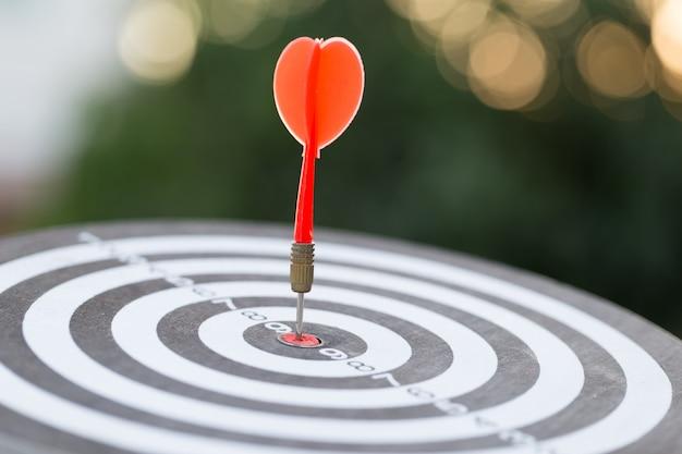 赤いダーツターゲット矢印とブルズアイを打つ、ターゲットマーケティングとビジネスの成功の概念