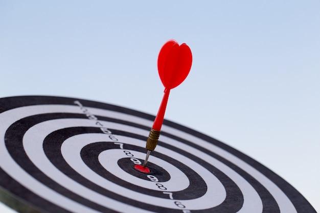 Красная стрелка цели дротика ударяя на яблочке с, целевой маркетинг и концепция успеха в бизнесе