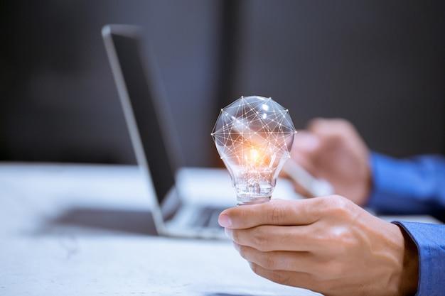電球、脳のアイコン、創造性と革新性は成功、新しいアイデアと革新コンセプトの鍵です。