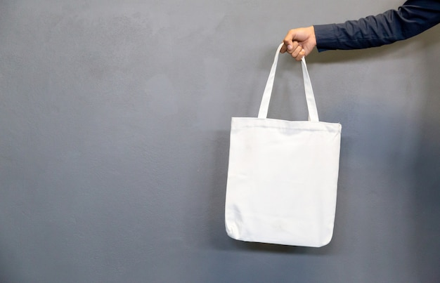 Мужчина держит сумку холст ткани
