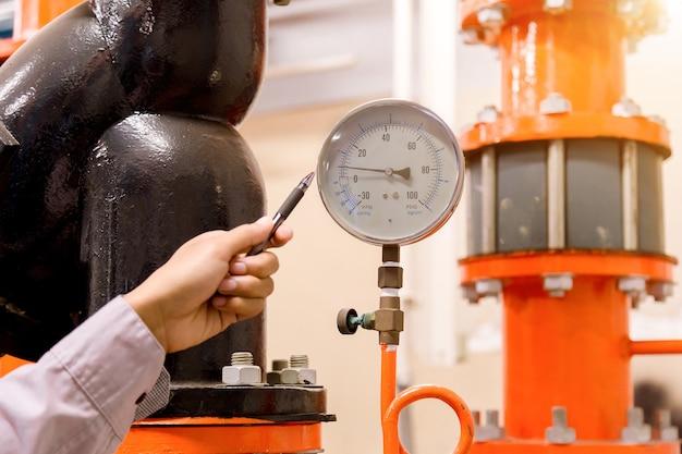 エンジニアはコンデンサーのウォーターポンプと圧力計をチェックします。