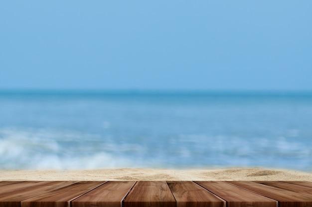 海とパームツリーの背景がぼやけた木のテーブルのトップ
