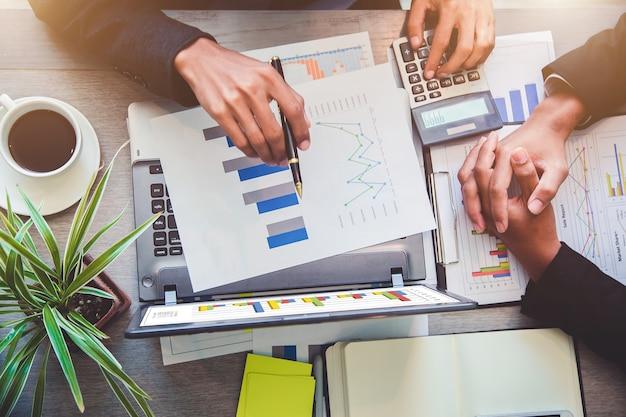成功したチームリーダーとビジネスオーナーは、非公式ビジネスミーティングをリードしています。 。