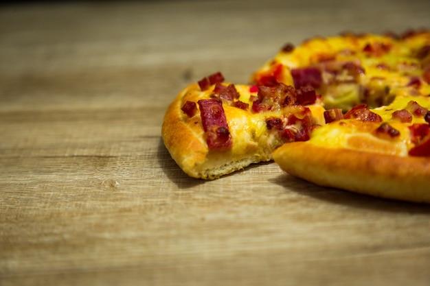 チーズを溶かしたホットピザスライス