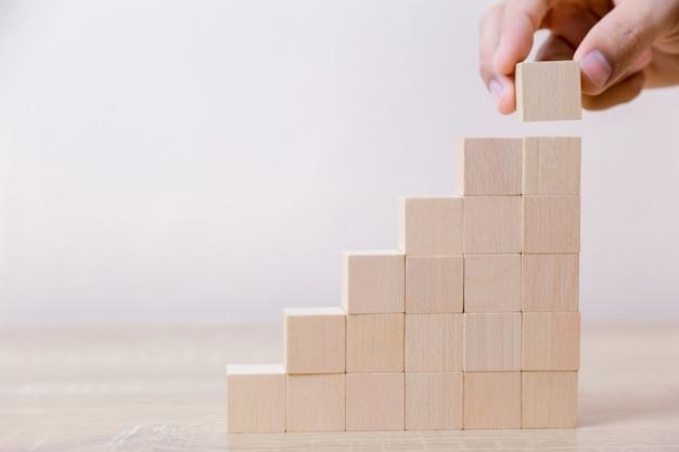ステップ階段としての木ブロックの積み重ね手