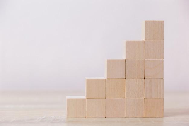 段階段としての木ブロックの積み重ね