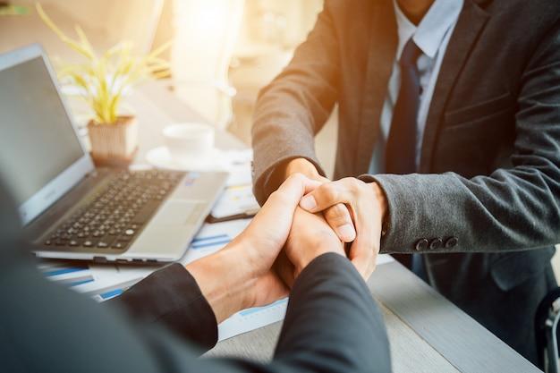 ビジネス人々握手パートナー成功したチームリーダーとビジネスミーティング。