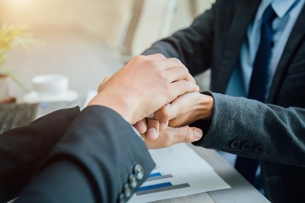 パートナーシップの概念 - ハンドシェイクビジネスパートナー成功したチームリーダーの起業家精神。